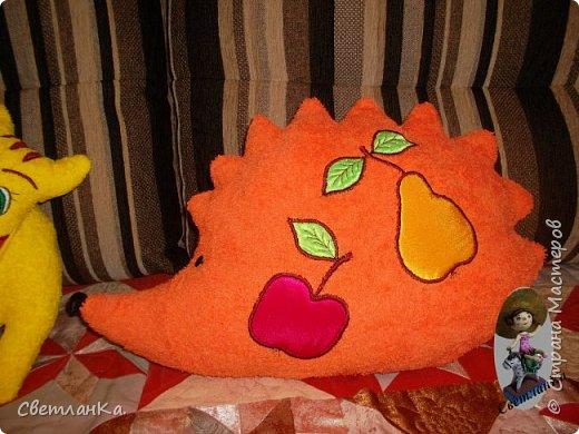В интернете видела интерьерные игрушки, которые были взяты за основу подушек - игрушек. Эти были сделаны в подарок на свадьбу. фото 6