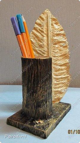 """Подставка для карандашей и ручек с """"золотым"""" пером. Идея моя. Исполнение дочери. фото 1"""