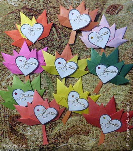 В прошлом году пяти-и шестиклассники вручали таких сов утром 5 октября каждому педагогу. Для учителей это было приятной неожиданностью. А в этом году решили поздравления выполнить в виде трилистников. фото 8