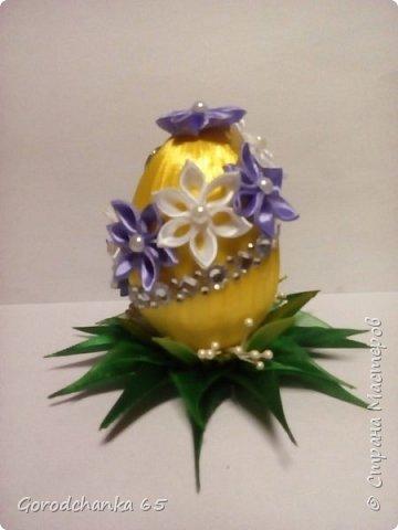 Готовилась к Пасхе. Для друзей и родственников украшала пенопластовые яйца. Летом совершенно не было времени, и вот только сейчас выкладываю свои поделки. Сфоткать только успела несколько штук. фото 4
