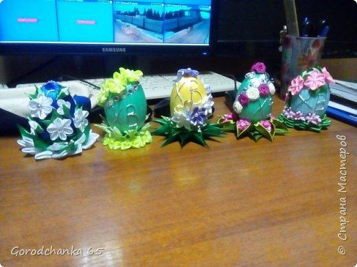 Готовилась к Пасхе. Для друзей и родственников украшала пенопластовые яйца. Летом совершенно не было времени, и вот только сейчас выкладываю свои поделки. Сфоткать только успела несколько штук. фото 13