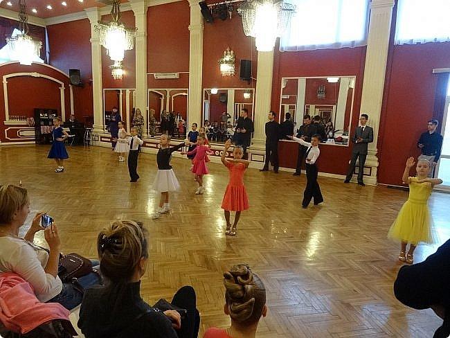 Часть 1. Аттестация бального танца Дебют. Сентабрь 2017 Спортивно-бальные танцы — группа различных парных танцев, некоторые из которых имеют народные истоки.  Под «бальными танцами» в настоящее время подразумевают словосочетания «спортивные танцы» (СБТ, «спортивные бальные танцы») и «танцевальный ». Это отображено в названиях различных танцевальных организаций, например: «Московская федерация спортивного танца» или «Московская федерация танцевального спорта». В настоящее время к бальным танцам относят 10 различных танцев, разбитых на две программы. * В европейскую программу входят: медленный вальс (Бостон), квикстеп (быстрый фокстрот), венский вальс, танго, медленный фокстрот. *В латиноамериканскую: самба, ча-ча-ча, румба, пасодобль, джайв. Теоретически, под определение бального подпадают такие танцы, как мазурка, полонез, котильон, кадриль, сальса, твист, рок-н-рол и др., однако на соревнованиях они не исполняются. фото 4