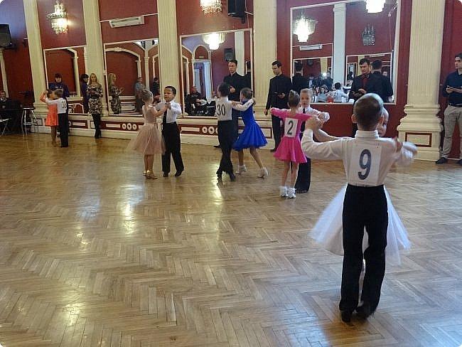 Часть 1. Аттестация бального танца Дебют. Сентабрь 2017 Спортивно-бальные танцы — группа различных парных танцев, некоторые из которых имеют народные истоки.  Под «бальными танцами» в настоящее время подразумевают словосочетания «спортивные танцы» (СБТ, «спортивные бальные танцы») и «танцевальный ». Это отображено в названиях различных танцевальных организаций, например: «Московская федерация спортивного танца» или «Московская федерация танцевального спорта». В настоящее время к бальным танцам относят 10 различных танцев, разбитых на две программы. * В европейскую программу входят: медленный вальс (Бостон), квикстеп (быстрый фокстрот), венский вальс, танго, медленный фокстрот. *В латиноамериканскую: самба, ча-ча-ча, румба, пасодобль, джайв. Теоретически, под определение бального подпадают такие танцы, как мазурка, полонез, котильон, кадриль, сальса, твист, рок-н-рол и др., однако на соревнованиях они не исполняются. фото 5
