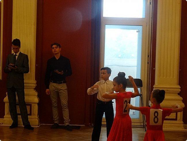 Часть 1. Аттестация бального танца Дебют. Сентабрь 2017 Спортивно-бальные танцы — группа различных парных танцев, некоторые из которых имеют народные истоки.  Под «бальными танцами» в настоящее время подразумевают словосочетания «спортивные танцы» (СБТ, «спортивные бальные танцы») и «танцевальный ». Это отображено в названиях различных танцевальных организаций, например: «Московская федерация спортивного танца» или «Московская федерация танцевального спорта». В настоящее время к бальным танцам относят 10 различных танцев, разбитых на две программы. * В европейскую программу входят: медленный вальс (Бостон), квикстеп (быстрый фокстрот), венский вальс, танго, медленный фокстрот. *В латиноамериканскую: самба, ча-ча-ча, румба, пасодобль, джайв. Теоретически, под определение бального подпадают такие танцы, как мазурка, полонез, котильон, кадриль, сальса, твист, рок-н-рол и др., однако на соревнованиях они не исполняются. фото 8