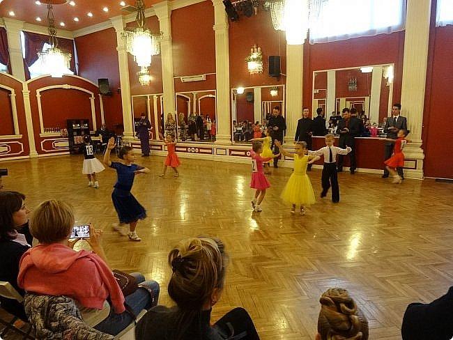 Часть 1. Аттестация бального танца Дебют. Сентабрь 2017 Спортивно-бальные танцы — группа различных парных танцев, некоторые из которых имеют народные истоки.  Под «бальными танцами» в настоящее время подразумевают словосочетания «спортивные танцы» (СБТ, «спортивные бальные танцы») и «танцевальный ». Это отображено в названиях различных танцевальных организаций, например: «Московская федерация спортивного танца» или «Московская федерация танцевального спорта». В настоящее время к бальным танцам относят 10 различных танцев, разбитых на две программы. * В европейскую программу входят: медленный вальс (Бостон), квикстеп (быстрый фокстрот), венский вальс, танго, медленный фокстрот. *В латиноамериканскую: самба, ча-ча-ча, румба, пасодобль, джайв. Теоретически, под определение бального подпадают такие танцы, как мазурка, полонез, котильон, кадриль, сальса, твист, рок-н-рол и др., однако на соревнованиях они не исполняются. фото 2