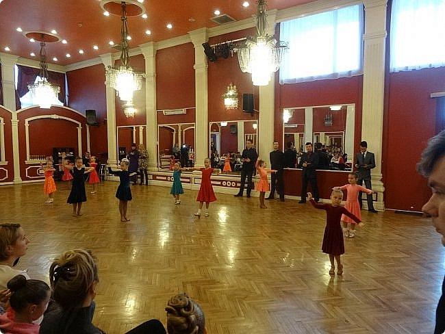 Часть 1. Аттестация бального танца Дебют. Сентабрь 2017 Спортивно-бальные танцы — группа различных парных танцев, некоторые из которых имеют народные истоки.  Под «бальными танцами» в настоящее время подразумевают словосочетания «спортивные танцы» (СБТ, «спортивные бальные танцы») и «танцевальный ». Это отображено в названиях различных танцевальных организаций, например: «Московская федерация спортивного танца» или «Московская федерация танцевального спорта». В настоящее время к бальным танцам относят 10 различных танцев, разбитых на две программы. * В европейскую программу входят: медленный вальс (Бостон), квикстеп (быстрый фокстрот), венский вальс, танго, медленный фокстрот. *В латиноамериканскую: самба, ча-ча-ча, румба, пасодобль, джайв. Теоретически, под определение бального подпадают такие танцы, как мазурка, полонез, котильон, кадриль, сальса, твист, рок-н-рол и др., однако на соревнованиях они не исполняются. фото 3