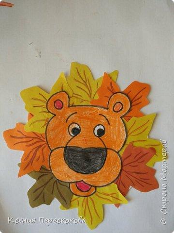 Добрый день. Мама с Верусей делали открытки ко Дню дошкольного работника. Вере очень нравится отпечатки листьев делать. Вот что получилось. А младшие школьники вполне могут самостоятельно выполнить такую работу. И поздравить учителей с их профессиональным праздником! фото 5
