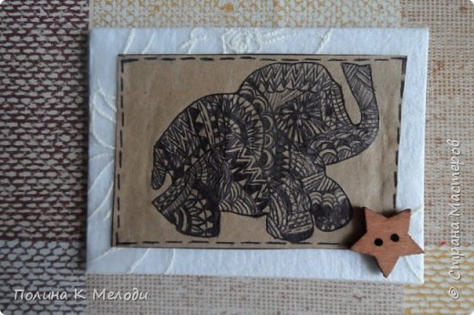 """Всем привет жителям Страны Мастеров!Сегодня я к вам с новыми карточками  АТС """"Дудлинг.Африканские слоны"""".Большой интерес к карточкам меня привлёк Дудлинг,впервые я заметила на АТС у Ирины.И тоже очень захотелось попробовать,а совсем не давно Оля выложила свою серию использовав ту же техник.Все рисуночки нарисовала за вечер.Был у меня шаблон слоника,а потом начала наносить узоры.Все узоры думала сама,сначала на листочках,а потом наносила на карточки.Основа пергаметная бумага,а саму карточку обклеила тканью с фактурными цветочками.Очень надеюсь,что вам понравятся мои карточки,первым к выбору приглашаю кредиторов!,Олю и Светик-Светлану! фото 5"""