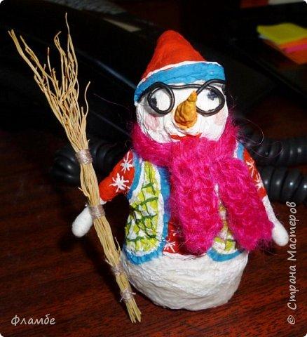 Здесь решила загрузить всякую мелочь. Вот снеговичок из бумажных салфеток в вязаном шарфике и с метлой. Высота 12 см. фото 3