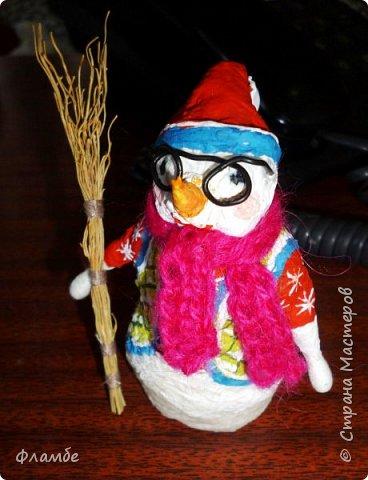 Здесь решила загрузить всякую мелочь. Вот снеговичок из бумажных салфеток в вязаном шарфике и с метлой. Высота 12 см. фото 1