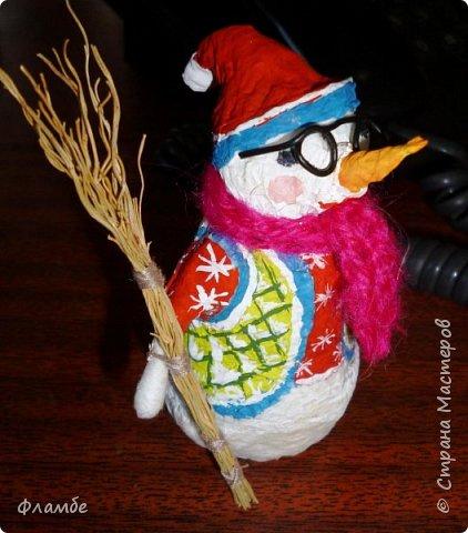 Здесь решила загрузить всякую мелочь. Вот снеговичок из бумажных салфеток в вязаном шарфике и с метлой. Высота 12 см. фото 2
