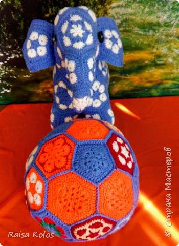 """Слоненок  и  мяч   из  пряжи """"Детская  новинка""""   Мои  первые  работы из мотивов """"Африканский  цветок""""   Подарки  внучке Ульянке- мяч, внучатому  племяннику Жорику - Слон ко дню рождения  1год. Игрушки  получились  очень  мягкими, приятными,  достаточно большими .(слон 23/42, мяч высотой 26см.)   фото 7"""