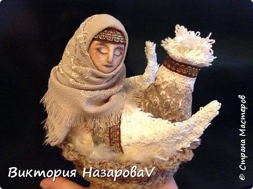 В забытом слове Берегиня, Не только звуков красота, Оно - воспетая богиня, Любви и верности мечта.  И на Руси такое званье, Дарили женщине-жене, Кому природное призванье Давало главной быть в семье.  Она голубка и орлица, Над колыбелью и гнездом, Старуха, мать или девица, Всегда с спасительным венцом.  И все живое и благое, От рода женского пошло, А бескорыстие святое, Тепло и нежность сберегло.  М.Ф. Василенко  фото 1