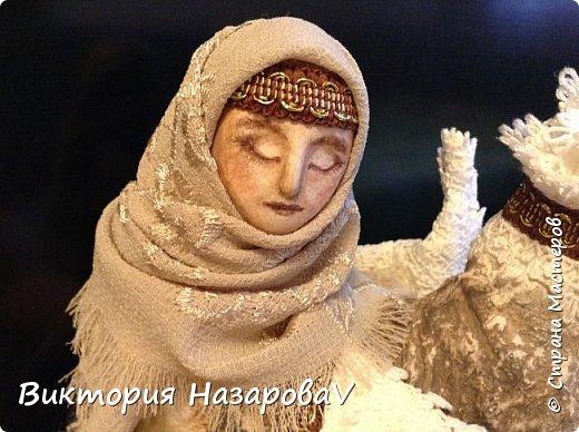 В забытом слове Берегиня, Не только звуков красота, Оно - воспетая богиня, Любви и верности мечта.  И на Руси такое званье, Дарили женщине-жене, Кому природное призванье Давало главной быть в семье.  Она голубка и орлица, Над колыбелью и гнездом, Старуха, мать или девица, Всегда с спасительным венцом.  И все живое и благое, От рода женского пошло, А бескорыстие святое, Тепло и нежность сберегло.  М.Ф. Василенко  фото 2