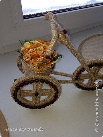 """Так долго хотели сотворить чудо-велик, чудо-велосипед!!! наконец-то, сделали!! Спасибо передаю сюда http://stranamasterov.ru/node/505344?c=favorite, здесь подробный МК. Только цветы решили сделать из апельсиновых корок! Запашистый велик получился!!! Слияние запаха кофе и апельсина пьянит, можно сказать))) Так он и """"уехал"""" - наш велосипед- на конкурс!!! И приехал с почетным первым местом))) фото 3"""