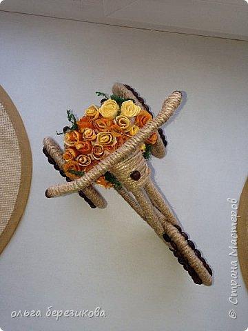 """Так долго хотели сотворить чудо-велик, чудо-велосипед!!! наконец-то, сделали!! Спасибо передаю сюда http://stranamasterov.ru/node/505344?c=favorite, здесь подробный МК. Только цветы решили сделать из апельсиновых корок! Запашистый велик получился!!! Слияние запаха кофе и апельсина пьянит, можно сказать))) Так он и """"уехал"""" - наш велосипед- на конкурс!!! И приехал с почетным первым местом))) фото 4"""