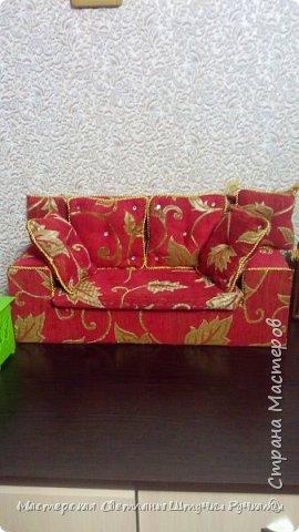 Привет страна, вот такой диванчик для своей куколки я смастерила. Постепенно начинаю обживать будущий дом, хотя сам дом ещё в далёком проэкте. Куколка ростом 38 см. Поэтому жилище надо не маленькое.... фото 1