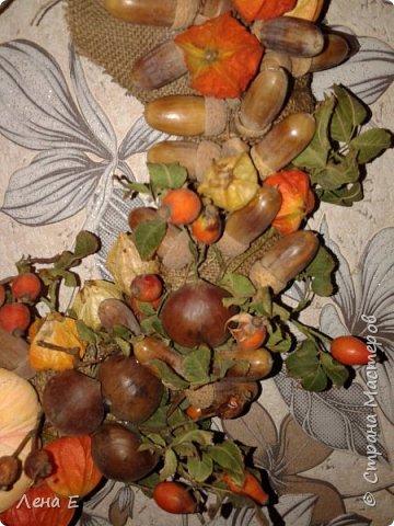 Использованы природные материалы - физалис, шиповник, каштаны, желуди, листья, тыквы текстильные, основа из мешковины фото 3