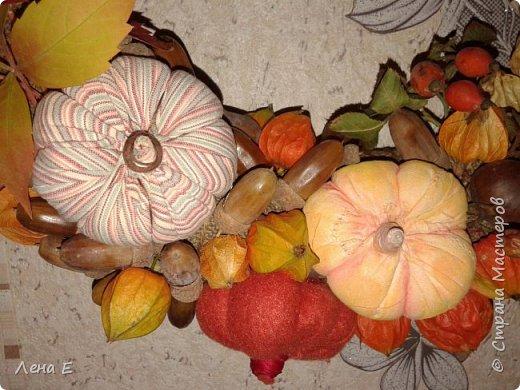 Использованы природные материалы - физалис, шиповник, каштаны, желуди, листья, тыквы текстильные, основа из мешковины фото 4
