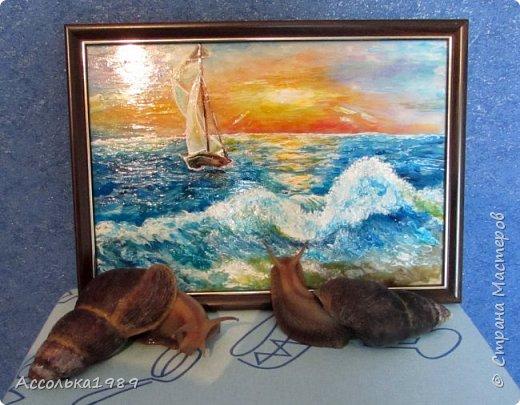 Море вернулось  Говором чаек,  Песней прибоя  Рассвет пробудив.  Сердце, как друга,  Море встречает,  Сердце, как песня,  Летит из груди.  Грустные звезды  В поисках ласки  Сквозь синюю вечность  Летят до земли.  Море навстречу им  В детские сказки  На синих ладонях  Несет корабли.  фото 2