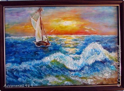 Море вернулось  Говором чаек,  Песней прибоя  Рассвет пробудив.  Сердце, как друга,  Море встречает,  Сердце, как песня,  Летит из груди.  Грустные звезды  В поисках ласки  Сквозь синюю вечность  Летят до земли.  Море навстречу им  В детские сказки  На синих ладонях  Несет корабли.  фото 1