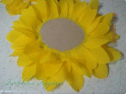 """Презент ко дню учителя """"сладкий подсолнух"""". Люблю подсолнухи, вот решила сделать цветок и подумала, что МК может кому пригодится, в СМ такого не встретила. фото 11"""