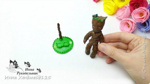 Сделала подставку для маленькой фигурки Грут из фильма Стражи галактики 2. Теперь этот персонаж может стоять. Такую подставку можно сделать и для кукол. Материалы: полимерная глина. Детальные процессы работ по созданию Грута и подставки в видео. фото 1