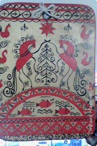 Добрый день! Кухонная разделочная доска расписана в стили Мезенской росписи , первый раз расписывала , каждый элемент что-то обозначает , так интересно ... фото 1