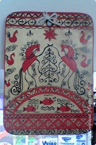 Добрый день! Кухонная разделочная доска расписана в стили Мезенской росписи , первый раз расписывала , каждый элемент что-то обозначает , так интересно ... фото 5
