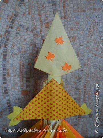 Доброго времени всем заглянувшим! Начались в садах и в школах осенние выставки. Вот и мы с внучкой  смастерили две поделки на осеннюю выставку в садик. Очень люблю я модульное оригами, внучка тоже не отстает.))) Вот и решили мы с ней смастерить красавицу Осень в виде куколки в технике модульного оригами. И вот такая куколка- Осень у нас получилась. Её высота- 37 см. Сегодня она уже красуется в детском саду.))) фото 4