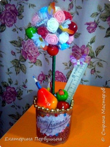Наступил день учителя! и как не порадовать учителя своей первоклашки. Дарить цветы и конфеты не очень хотелось, поэтому быстро, даже очень быстро в течении двух дней, был сделан этот топиарий! Благо материалы все были в наличии)) фото 3