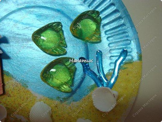 Добрый день. Это панно из одноразовой тарелки Алина сделала на День Рождения. Одноразовую тарелку дочурка покрасила краской акриловой - это море. У нас остался песок разноцветный с одного набора.Алина мазала пва и насыпала песок. Приклеила маяк. Так как чайку-фигурку не нашли, то приклеили голубя))) Дальше дочурка приклеила фигурки рыбок на горячий клей, и ракушки.  фото 3