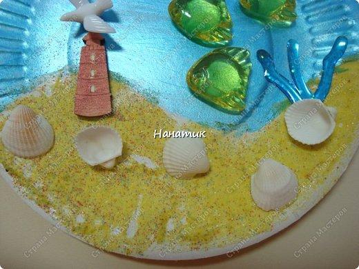 Добрый день. Это панно из одноразовой тарелки Алина сделала на День Рождения. Одноразовую тарелку дочурка покрасила краской акриловой - это море. У нас остался песок разноцветный с одного набора.Алина мазала пва и насыпала песок. Приклеила маяк. Так как чайку-фигурку не нашли, то приклеили голубя))) Дальше дочурка приклеила фигурки рыбок на горячий клей, и ракушки.  фото 4