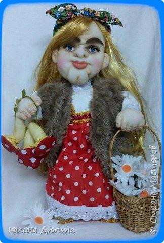 Люблю фантазировать и делать смешные фотографии с моими куклами.Моим куклам бывает весело и они тоже любят фотографироваться-позировать мне.Здесь представлены мои работы кукла-бар Бабушка Яга и каркасная кукла рыбак Федор.Размер куколок 60 см. фото 5