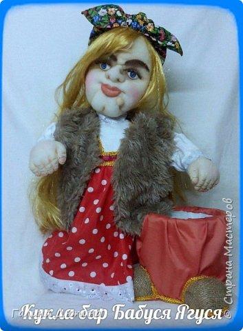 Люблю фантазировать и делать смешные фотографии с моими куклами.Моим куклам бывает весело и они тоже любят фотографироваться-позировать мне.Здесь представлены мои работы кукла-бар Бабушка Яга и каркасная кукла рыбак Федор.Размер куколок 60 см. фото 6