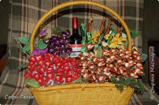 Осенняя корзина из конфет и декоративных яблочек. фото 9