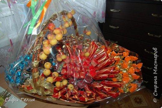 Осенняя корзина из конфет и декоративных яблочек. фото 1