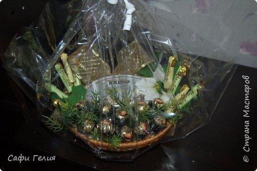 Осенняя корзина из конфет и декоративных яблочек. фото 4