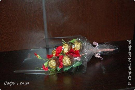 Осенняя корзина из конфет и декоративных яблочек. фото 3