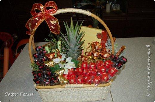 Осенняя корзина из конфет и декоративных яблочек. фото 5
