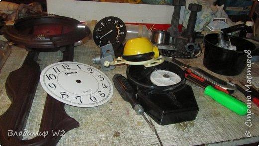 """Доброго времени суток, дамы - господа и другие формы жизни! Разрешите предложить вашему вниманию часы-ходики """"Эквилибриум"""". В русском языке есть схожее, однокоренное слово «эквилибр» или «экилибр», что означает - «равновесие».  Для работы понадобятся; манометры, обломки бытовых приборов, механизмы от часов, шестерёнки, кожа, оргалит, пенопанель (10 мм.)  фото 3"""