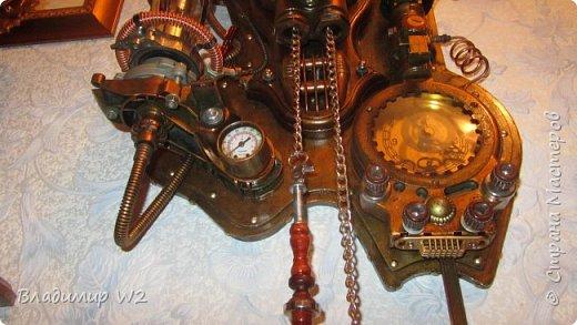 """Доброго времени суток, дамы - господа и другие формы жизни! Разрешите предложить вашему вниманию часы-ходики """"Эквилибриум"""". В русском языке есть схожее, однокоренное слово «эквилибр» или «экилибр», что означает - «равновесие».  Для работы понадобятся; манометры, обломки бытовых приборов, механизмы от часов, шестерёнки, кожа, оргалит, пенопанель (10 мм.)  фото 28"""