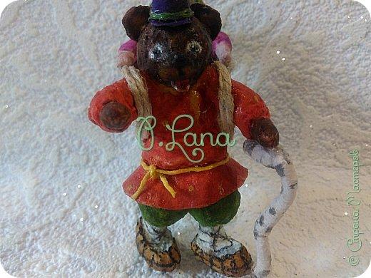 Добрый день!Сегодня у меня родилась новая игрушка из ваты.Маша и медведь. Высота игрушки 9см. Большое спасибо Эл и Оли Симаковой за вдохновение,без них её бы не было. http://stranamasterov.ru/node/1064501    МК по Маше и медведю Эл. http://stranamasterov.ru/node/1068589   тут Оли мишка. фото 7