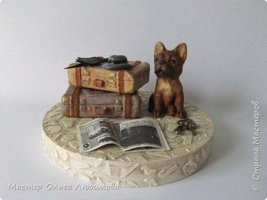 """Новая композиция, новая миниатюра с собачкой. На этот раз бульдог. По задумке бульдог путешествует со своим хозяином по всему миру. И в обязанности строгого бульдога входит охранять чемоданы, трость с перчатками, шляпу и ключи. По-моему, он справляется со своей задачей на """"отлично"""". И еще несколько слов в отношении фигурки собаки. То, что вы видите на фотографиях, это раскрашенная вручную собака. Первоначально фигурка была черного цвета и смотрелась очень и очень строго, а точнее немного агрессивно (фото первоначального варианта я разместила в самом конце. Признаюсь, мне это не очень-то понравилось. Поэтому было принято решение снять краску и покрасить заново. Что, собственно говоря, я и сделала. Мне кажется, что в таком виде бульдог не столь агрессивен. Да, он строг, но в нем уже нет  некой угрозы. Чемоданы сделаны из спичечного коробка, фольги и самоотвердевающей глины. Работа кропотливая. Скажу честно, идея с чемоданами была найдена в интернете. Я единственно, за основу взяла не каркас из проволоки, а спичечный коробок. фото 1"""