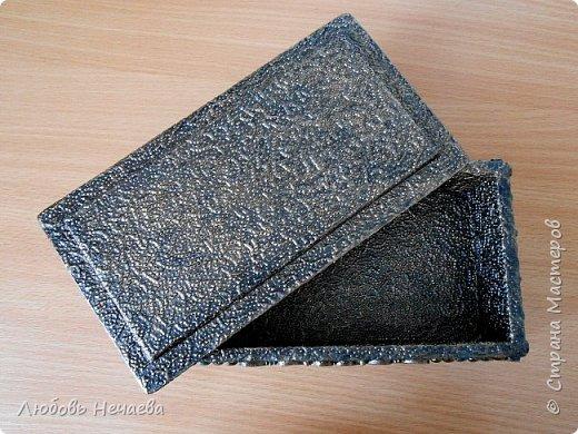 Шкатулка из потолочной плитки,оклеенной картоном и флизелиновыми обоями.Детальки из хол.фарфора из силиконовых формочек.Двушаговый кракелюр,покрыта воском. фото 3