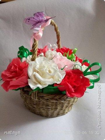 Подруге на День рождения сделала букет из конфет  в собственноручно сплетенной корзине.В отличии от корзин,которые изспользуются для оформления букетов,эта прослужит хозяйке очень долго! фото 4