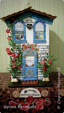 """Здравствуйте. Представляю вниманию уважаемых гостей моей странички мой первый чайный домик.  Основой для него послужила коробка от медицинского тонометра. Окна и двери сделаны из картона, """"резьба"""" на них - кружево, оконный переплёт из зубочисток, """"стёкла"""" в окнах и в двери из фольги. фото 1"""