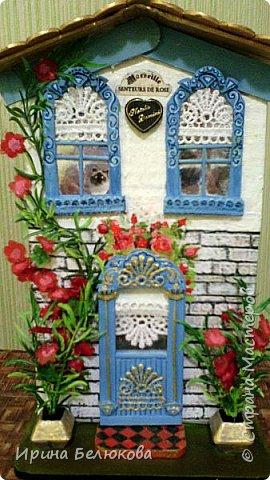 """Здравствуйте. Представляю вниманию уважаемых гостей моей странички мой первый чайный домик.  Основой для него послужила коробка от медицинского тонометра. Окна и двери сделаны из картона, """"резьба"""" на них - кружево, оконный переплёт из зубочисток, """"стёкла"""" в окнах и в двери из фольги. фото 5"""