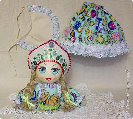 Добрый день! Кукла грелка на самовар. Высота куколки 45 см, юбочка съемная, чтобы можно было постирать , шириной 73 см. Утеплена синтепоном. Фартучек тоже съемный. на завязочках. фото 4