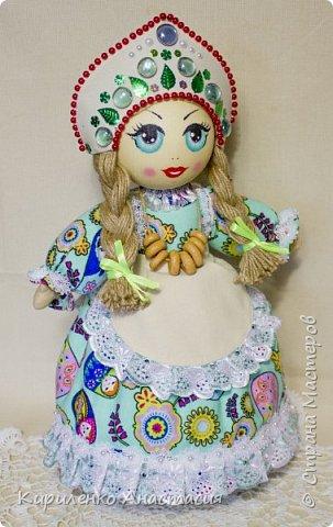 Добрый день! Кукла грелка на самовар. Высота куколки 45 см, юбочка съемная, чтобы можно было постирать , шириной 73 см. Утеплена синтепоном. Фартучек тоже съемный. на завязочках. фото 1